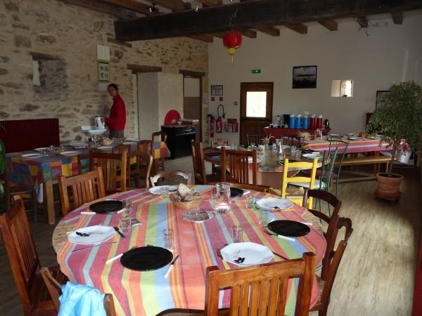 Tables dressées dans la salle à manger