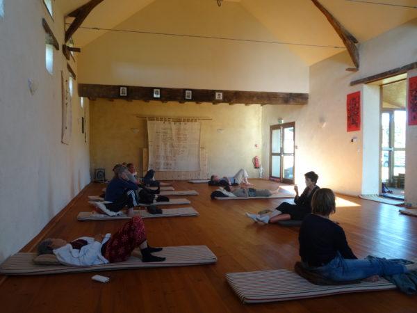 Echanges après méditation dans la salle de pratique