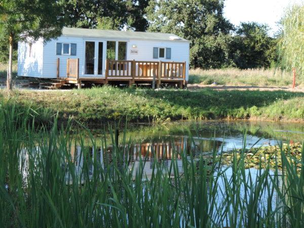 Mobil-home une résidence face à la pièce d'eau