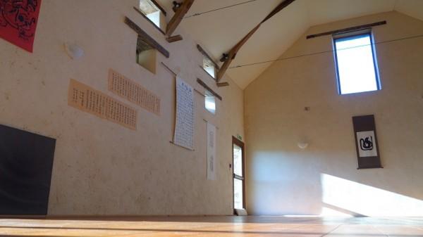 Grande salle avec les murs de chanvre