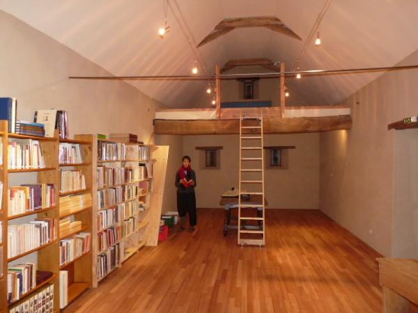 L'espace de la bibliothèque mise en place des livres