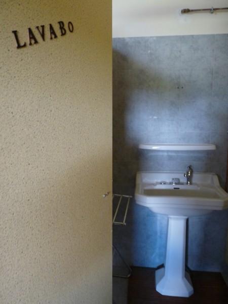 Toilettes cabine de lavabo isolée