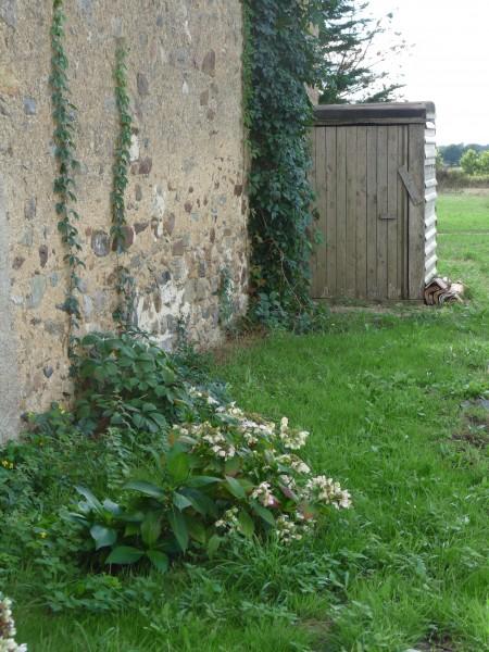 Toilettes sèches, vue de la porte arrière des sanitaires