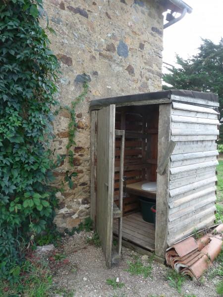 Toilettes sèches accessibles par l'extérieur et des sanitaires
