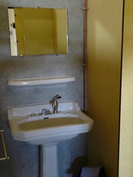Sanitaires : Cabine avec lavabo